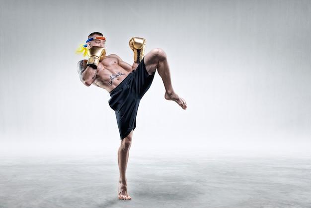 タイのボクサーの肖像画。彼は膝で殴った。大会やトーナメントのコンセプト。ミクストメディア