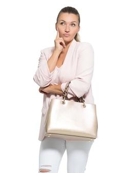 Портрет думающей взрослой женщины, позирующей над белой