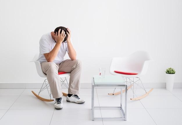 스트레스를 받고 두통이 있는 피곤한 남자의 초상화