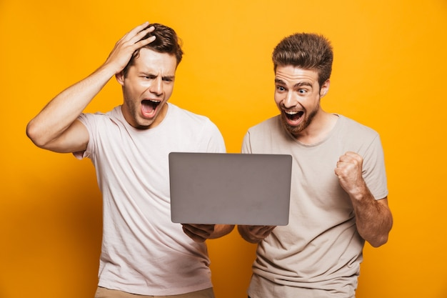 2人の興奮した若い男性の親友の肖像画