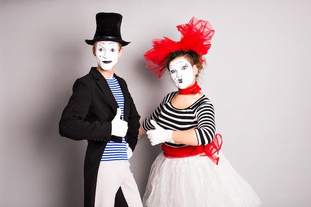 Портрет двух счастливых мимов комика показывает палец вверх концепцию апрельского дня дураков