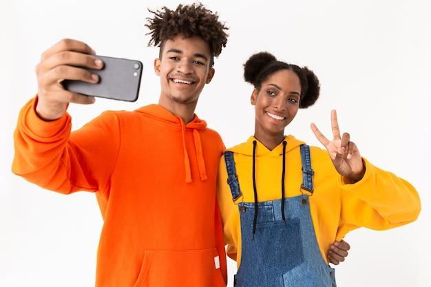 2人の幸せな若いカップルの肖像画