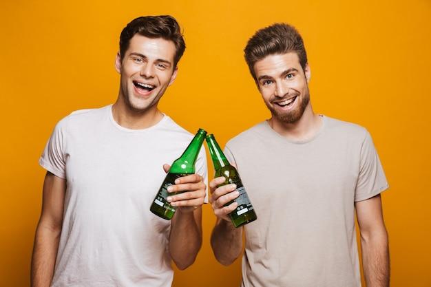 Портрет двух лучших друзей счастливых молодых людей