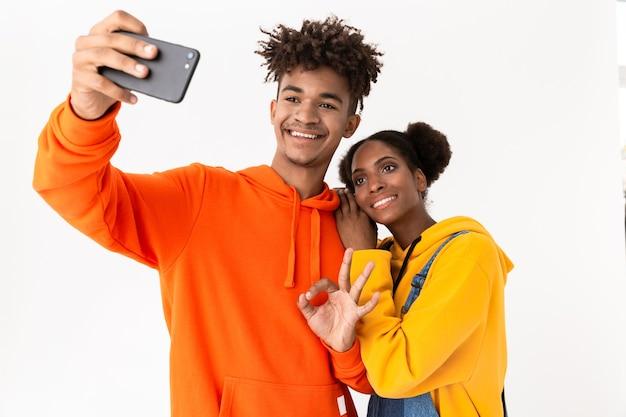 2人の楽しい若いカップルの肖像画