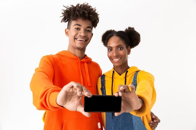 2人の笑顔の若いカップルの肖像画