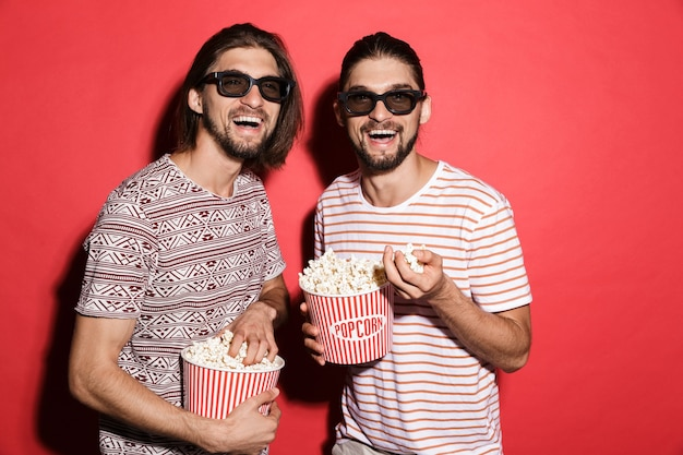 Портрет двух молодых возбужденных братьев-близнецов