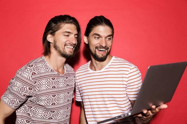 두 젊은 행복한 쌍둥이 형제의 초상화