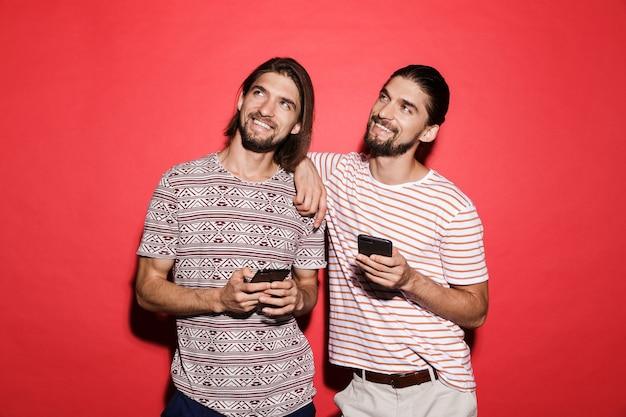 두 젊은 웃는 쌍둥이 형제의 초상화