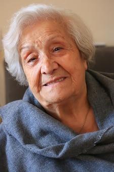 非常に年配の女性のクローズアップの肖像画。ポジティブな90歳の祖母。