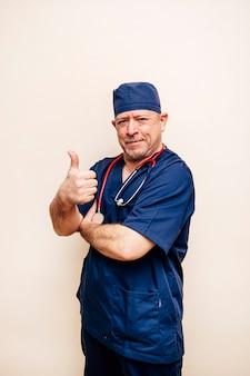 手術室のスーツを着たベテラン医師の肖像画
