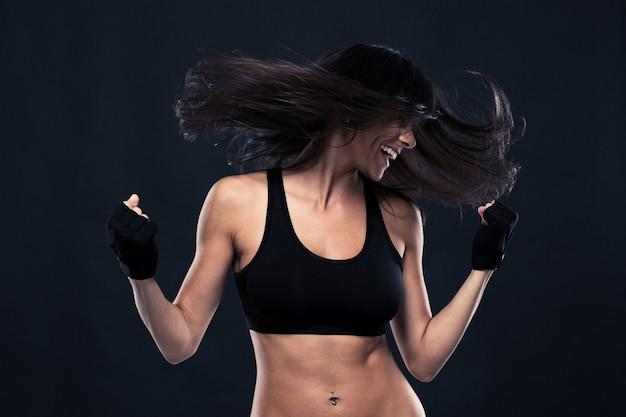 動きのある髪で踊る女性の肖像画