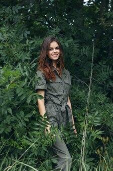 女性のポートレートグリーンジャンプスーツ新鮮な空気モデル夏のクロップドビュー