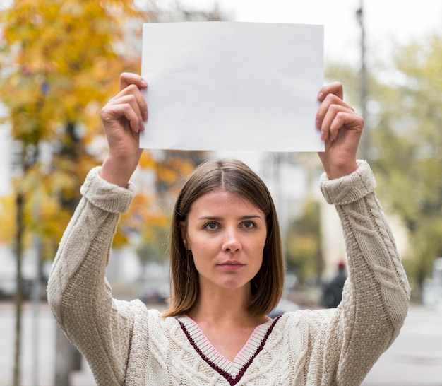 Портрет женщины, держащей чистый лист бумаги