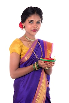 흰색 배경에 빛의 축제 기간 동안 오일 램프를 들고 여성 손으로 diya, 디 왈리 또는 디파 발리 사진을 들고 여자의 초상화