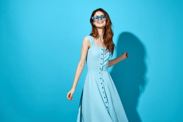 Портрет женщины в голубом платье на синем фоне образа жизни