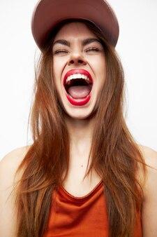 帽子をかぶった女性の肖像楽しい口を大きく開いて閉じた目赤い唇