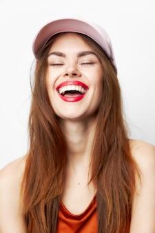 帽子をかぶった女性の肖像目を閉じて笑う魅力