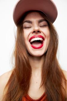 帽子をかぶった女性のポートレート笑顔目を閉じたチャームモデル