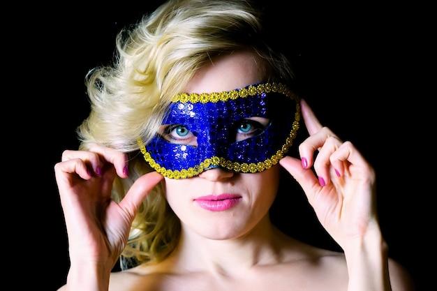 파란색에서 카니발 마스크에 여자의 초상화