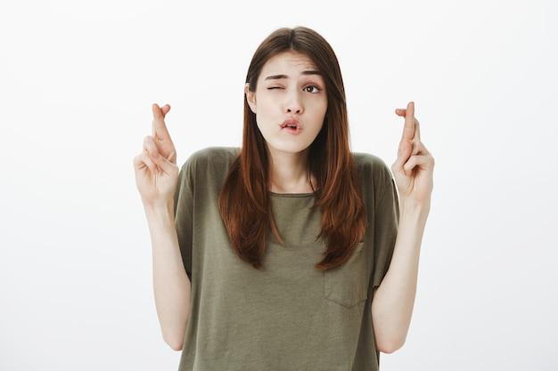 濃い緑色のtシャツを着た女性の肖像画