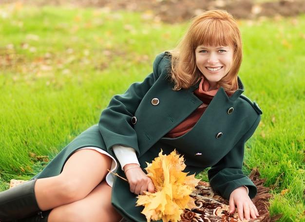 緑のコートを着た女性の肖像画