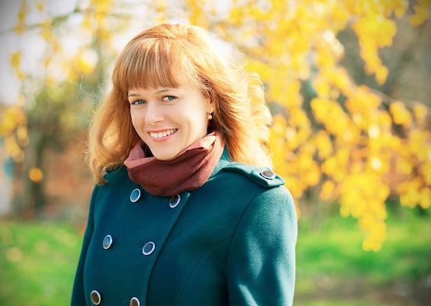 Портрет женщины в зеленом пальто