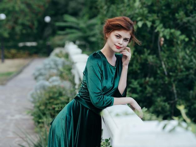緑のドレス建築の新鮮な空気の緑の葉の女性の肖像画。高品質の写真