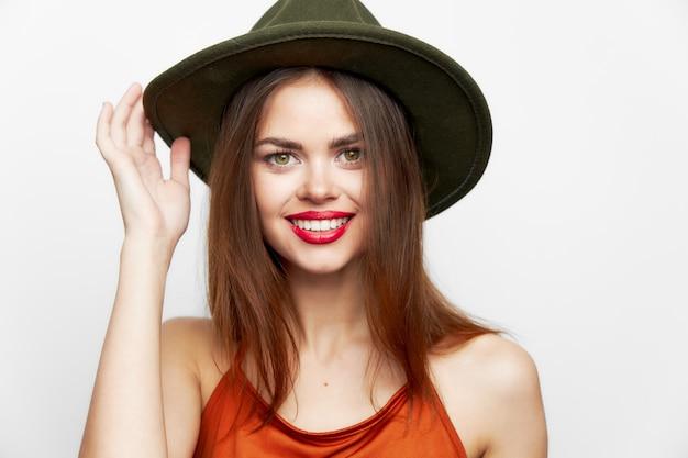 孤立した帽子をかぶった女性の肖像画