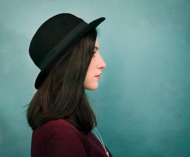 모자에 여자의 초상화