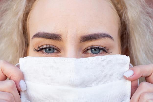 防護マスクの女性の肖像画