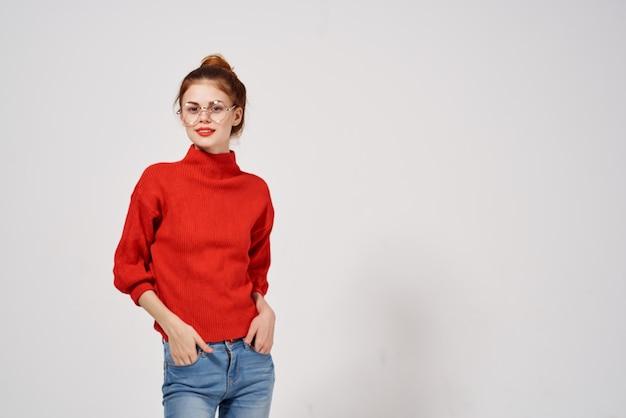 赤いセーターのライフスタイルの孤立した背景の女性の肖像画