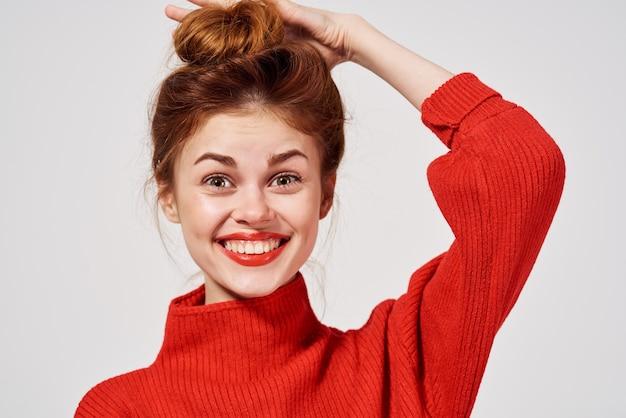 Портрет женщины в красном свитере, образ жизни студии, забавная модель