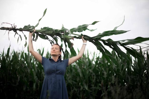Портрет женщины в кукурузном поле