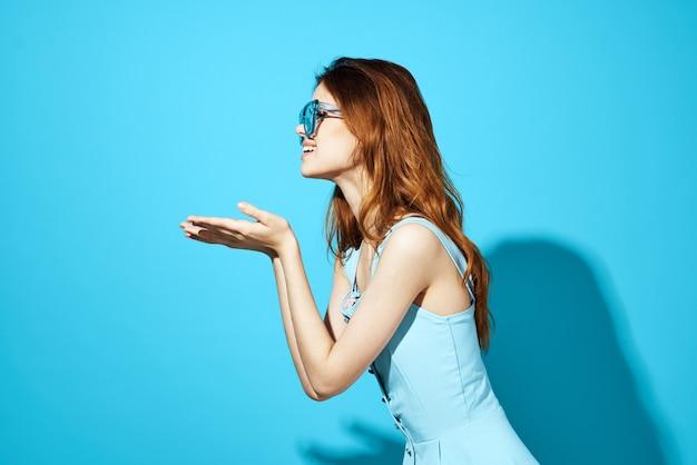 스튜디오 재미 모델 포즈 유행 안경에 여자의 초상화
