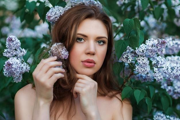 Портрет женщины в сирени. весна.