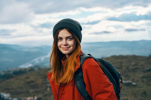 Портрет женщины в теплой одежде в горах в осеннем пейзажном туризме