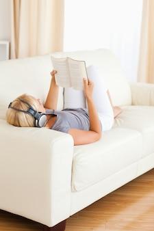 本を読んでいる間、音楽を聴く女性の肖像