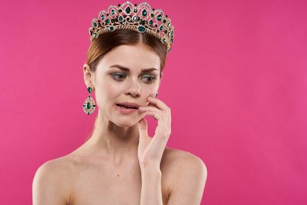 女性の肖像画豪華な裸の肩の化粧品ファッション楽しいピンクの背景