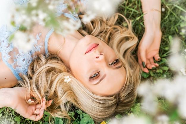 Портрет женщины, лежа на траве весной