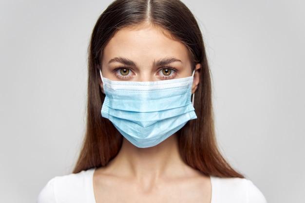 Портрет женщины медицинская маска для лица для безопасного образа жизни вперед крупным планом