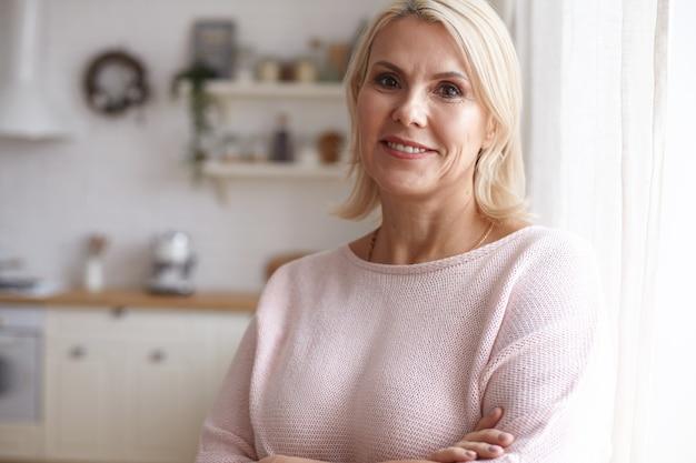 Портрет женщины, позирующей в доме