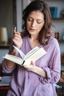 Портрет женщины, чтение книги в помещении