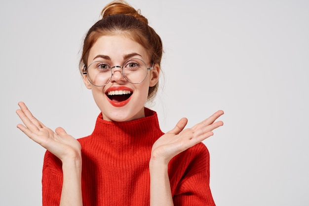 女性の肖像画赤い唇の魅力的な外観の明るい背景。高品質の写真