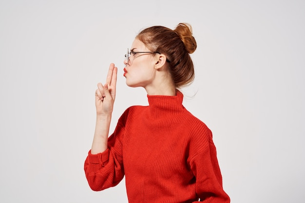 女性の赤い唇の肖像画魅力的な外観スタジオ楽しいモデル