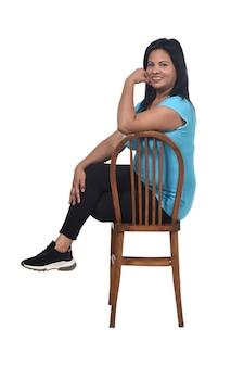 孤立した椅子に座っている女性の肖像画