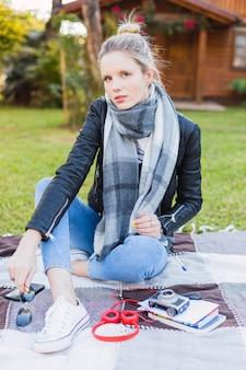 屋外に座っている女性の肖像画