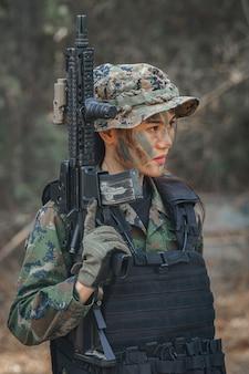 女性兵士の肖像画