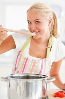 Портрет женщины, дегустации ее еды