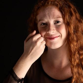 Портрет женщины, преподающей язык жестов с копией пространства