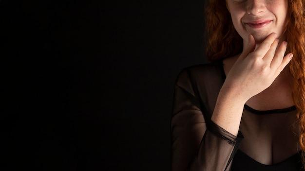 手話を教える女性の肖像画